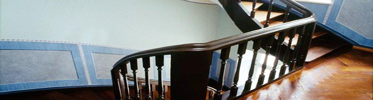 Wendeltreppe mit schwarzem Geländer