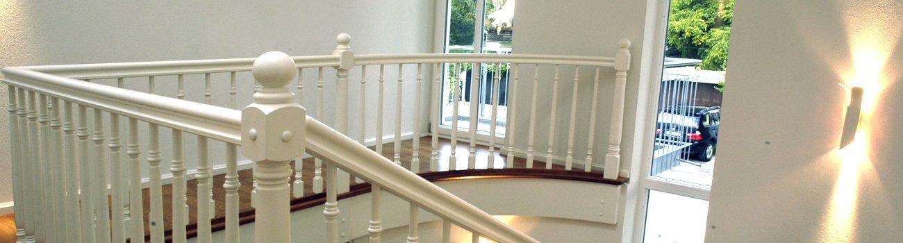Wendeltreppe mit weißem Geländer
