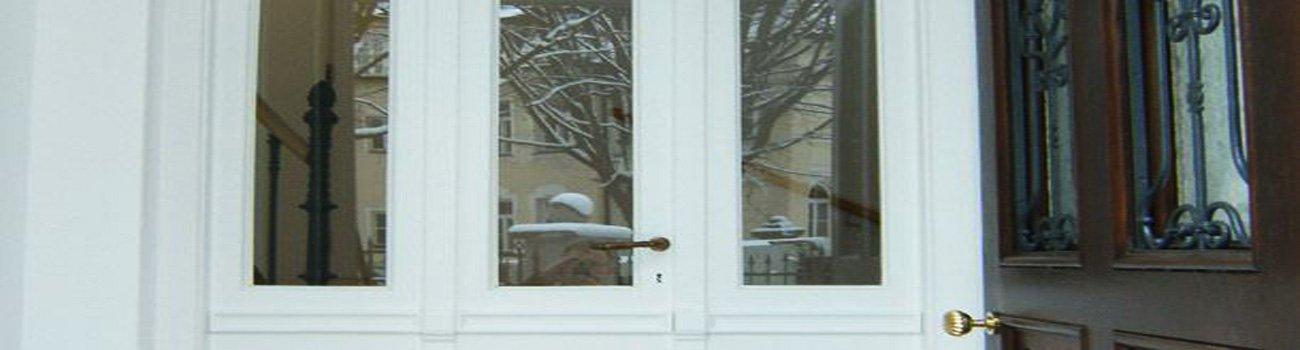 Weiße Türe von außen zu sehen