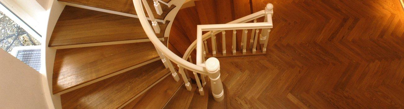 Wendelttreppe mit hellem Geländer