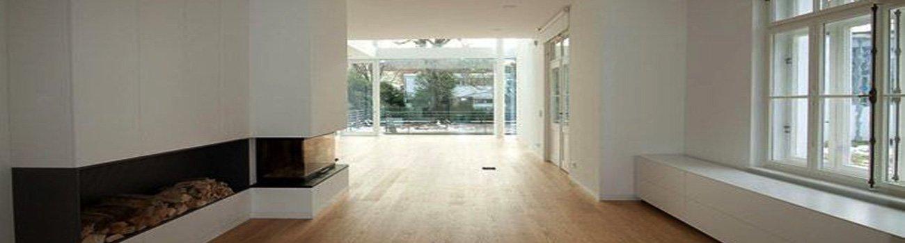 Zimmer mit Ofen und Holzboden